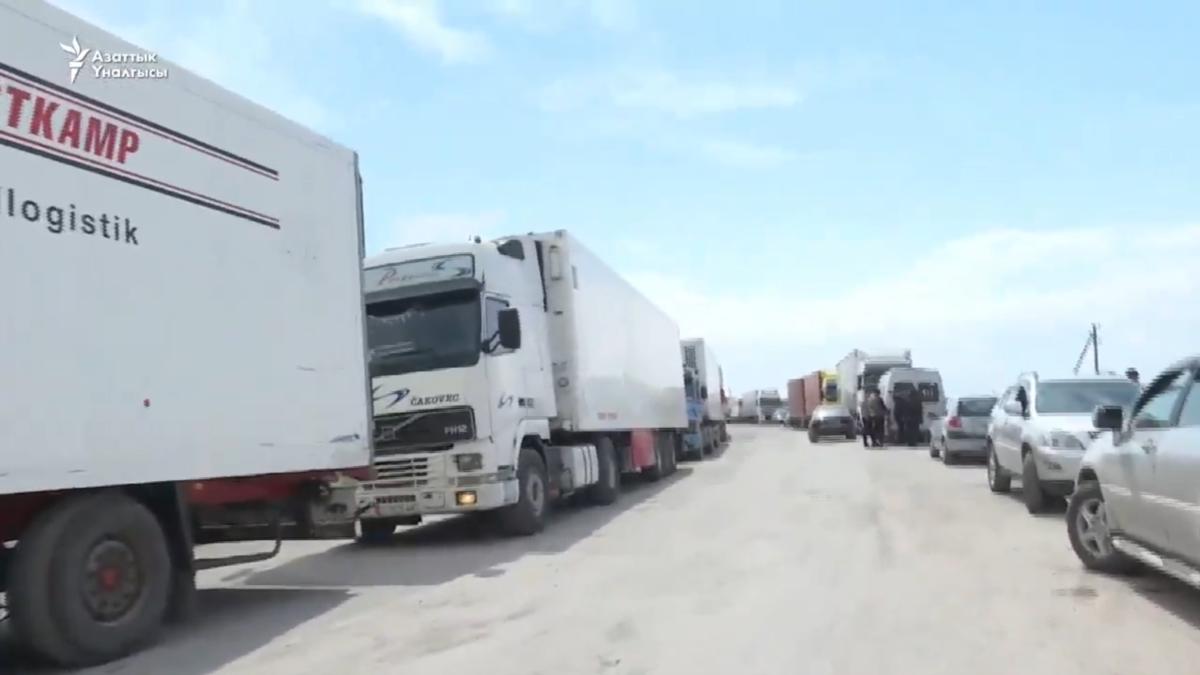 صف کامیون ها در مرز ازبکستان با قرقیزستان
