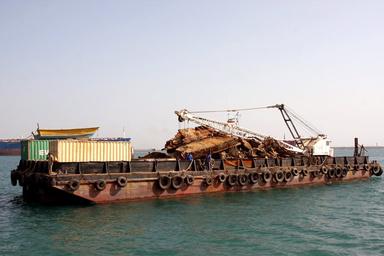 خارجسازی لاشه مغروقه پرخطر ازجنوب جزیره لاوان