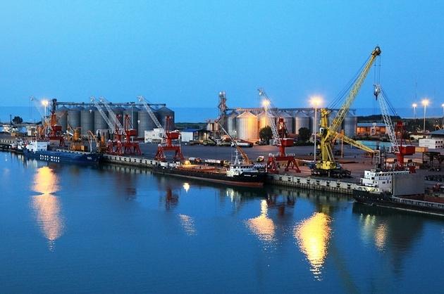 آغاز فعالیت اولین بندر رو-رو کشور/ ورود ۳۰ کامیون با کالا به کشتی