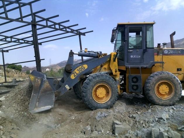 برخورد با ساخت و سازهای غیر مجاز در حاشیه محور جیرفت-ساردوئیه