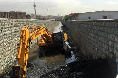 استخراج ۳۰۰ کامیون شن از کانال زیر بزرگراه همت