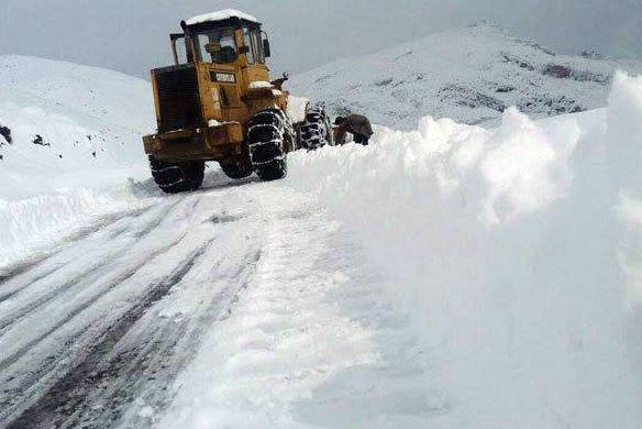 برف و باران تردد در جاده های کردستان را مختل کرده است