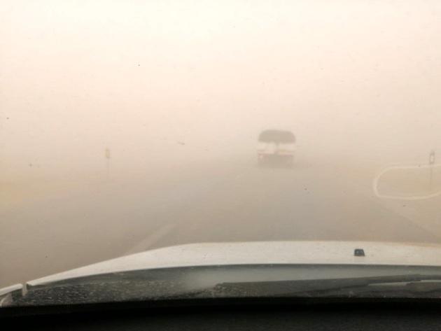 توفان شن آزادراه کنارگذر شرق اصفهان را مسدود کرد
