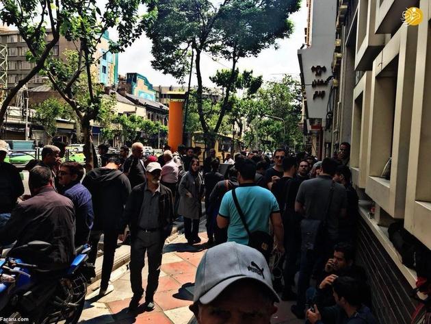 ببینید/ تصاویر تکاندهنده از هجوم برای خریدن دلار