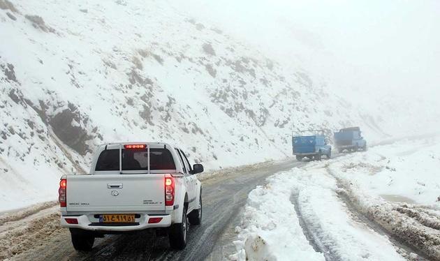بارش برف در جادههای ۱۲ استان