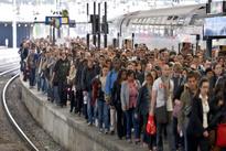 عکس «رویترز» از تلاش مردم برای بیرون آوردن زنی که روی ریل افتاده است