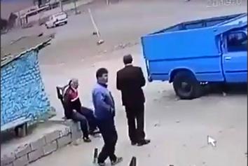 نجات معجزهآسای افراد کنار جاده از یک تصادف