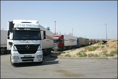 مشکل تردد کامیون های سوخت از مرز تمرچین پیرانشهر حل شد
