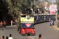 فیلم/ حرکت قطار در خیابانی در هند