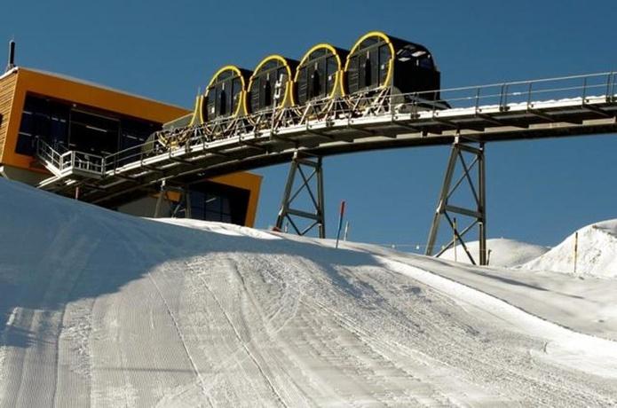 barrel-shaped-carriages-seen-line-stoos-funicular_a41ff338-e19f-11e7-814a-000c05070a4c
