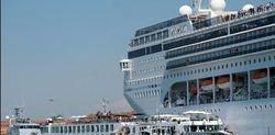 کشتی کروز با قایق توریستی برخورد کرد + فیلم