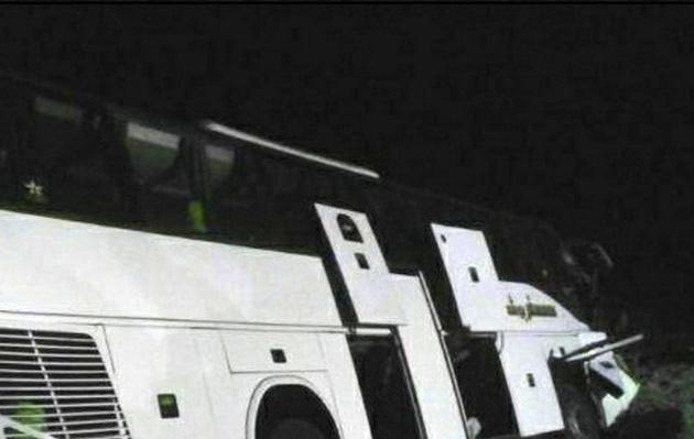 یک نفر کشته و 18 مصدوم در واژگونی اتوبوس تهران-شیراز