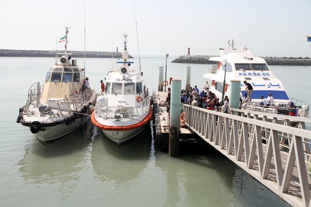 نجات سرنشینان یک قایق تفریحی در بندر نوشهر