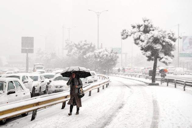 بارش برف و باران در برخی از جادهها