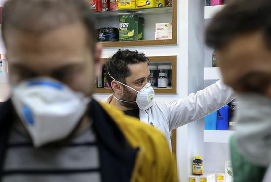 تصاویر| توزیع ماسک در داروخانه های قم