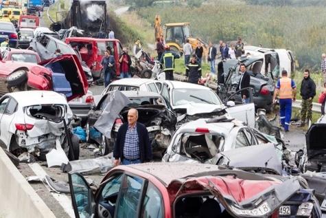 برخورد چندین دستگاه خودرو در مکزیک ۲۰ کشته بر جا گذاشت