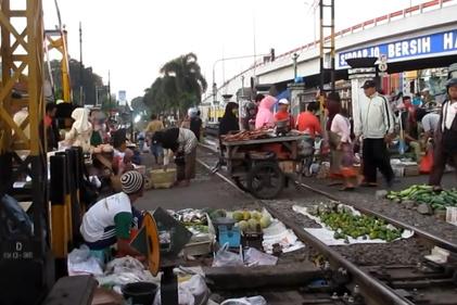 بازاری در اندونزی که بر روی ریل قطار برپا میشود
