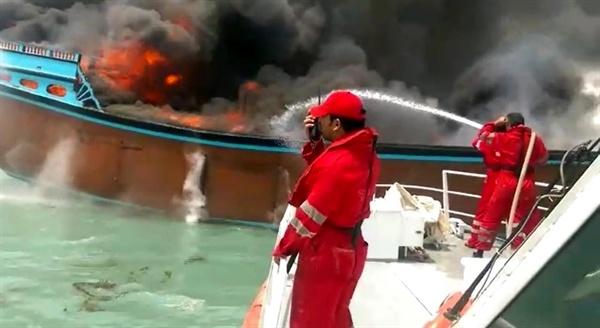 نجات جان چهار دریانورد یک لنج باری در آبهای بندرلنگه