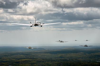 ببینید| نصب چرخ هواپیما در حین پرواز در زمان جنگ جهانی دوم!