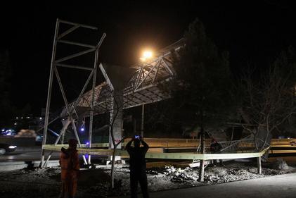 تصاویر| برخورد کامیون با پل عابرپیاده در مشهد