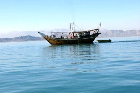 ورود روزانه ۵۰ گردشگر به جزیره هنگام / جابه جایی مسافران با ۱۵ قایق تفریحی