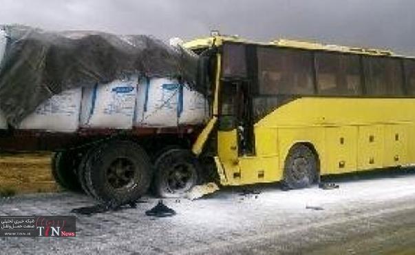 برخورد اتوبوس بنز با کامیون ۴ مجروح به جا گذاشت