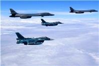 رزمایش هوایی جنگندههای اف-15 ژاپن با بمب افکنهای بی-1 لنسر آمریکا