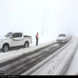 امدادرسانی راهداران به 50 خودرو گرفتار در برف در جادههای بروجرد