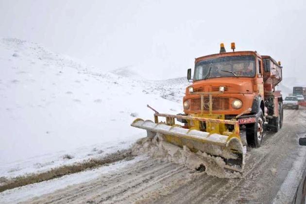 برف پاییزی جادههای کوهستانی تهران را سفیدپوش کرد