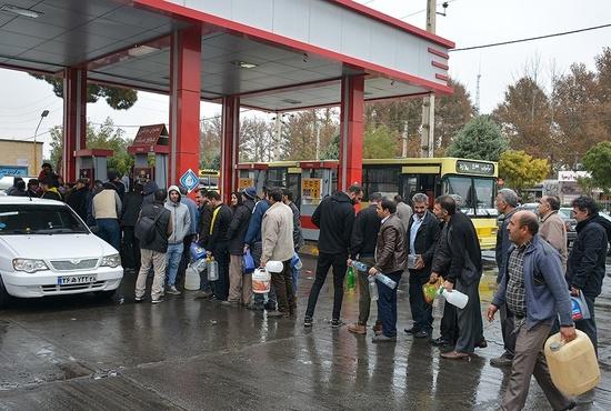صف طولانی خودروها در «جایگاههای بنزین»