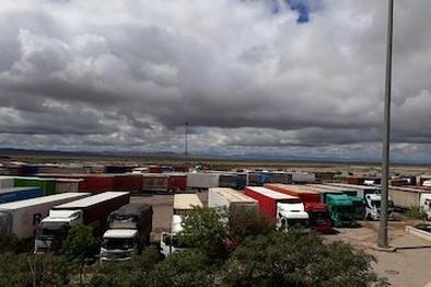 ضعف زیرساختهای مرز افغانستان دلیل تجمع کامیونها در مرز دوغارون
