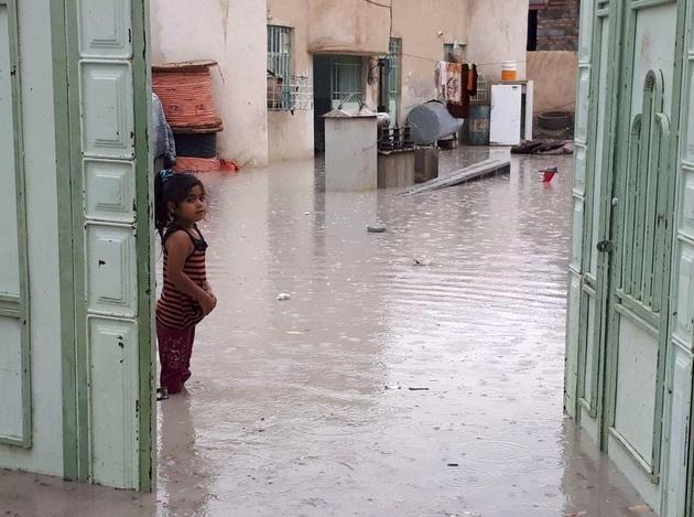زنجیره انسانی مردم سیستان و بلوچستان برای کمک به سیلزدگان را ببنید
