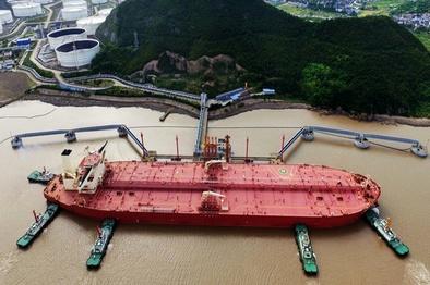 انتقال محموله های بنزین منتسب به ایران به کشتی های دیگر/ حکم توقیف فقط برای محمولههاست