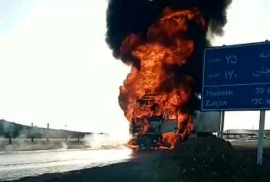 حضور خودروی آتشنشانی پس از سوختن کامیون