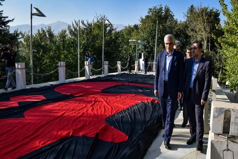 اهتزاز پرچم هزار متری «یاحسین» در بلندترین برج پرچم خاورمیانه