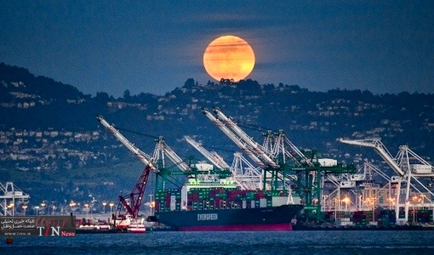 Port of Oakland berthing giant container ship at year's end