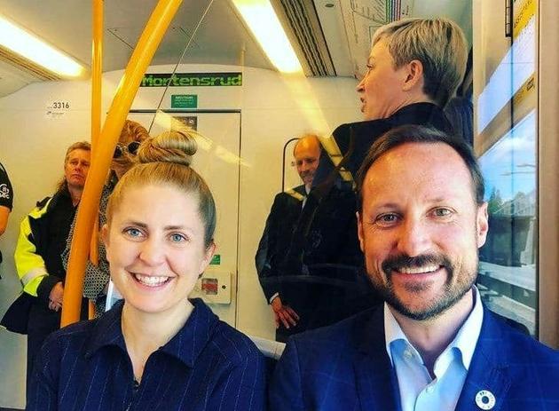 عکس| ولیعهد نروژ در مترو