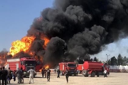 خودروهای ایمنی فرودگاهی برجامی در حال مهار آتش سوزی پالایشگاه تهران