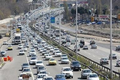 ترافیک نیمهسنگین در آزادراه قزوین_کرج/بارش برف و باران در محورهای مواصلاتی ۱۰ استان
