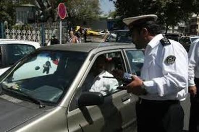 عکس  بی توجهی به آیین نامه راهنمایی و رانندگی و توقف در پیاده رو