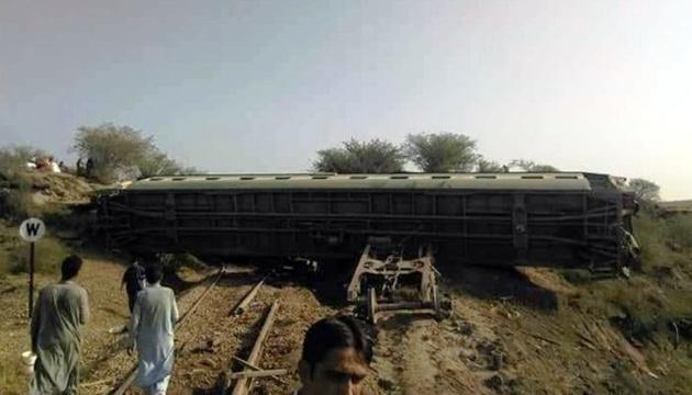 قطار پاکستان از ریل خارج شد