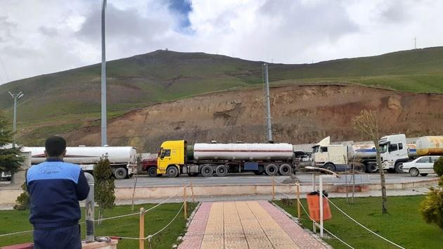 تصاویر| روایت رانندگان تانکر از سرگردانی در مرز عراق برای تخلیه کامیونها