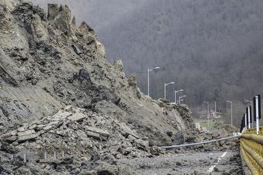 ریزش کوه محور درام به نوکیان در شهرستان طارم را مسدود کرد