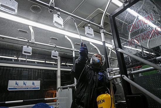 تصاویر| ضدعفونی و شست و شوی واگن های بی آر تی و مترو در تهران