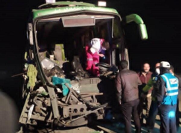 تصادف تریلی و اتوبوس تهران- اصفهان در شاهین شهر/۷ نفر مصدوم شدند