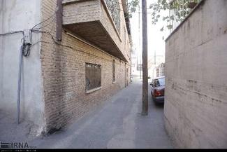 معضل تیرهای چراغ برق در وسط معابر بافت قدیمی قزوین