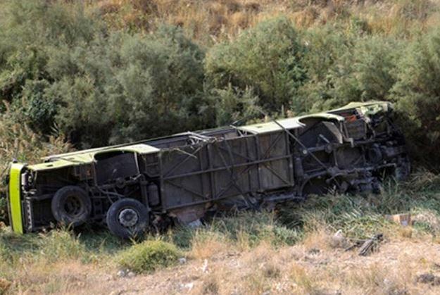 واژگونی اتوبوس کارگران صباباتری در سمنان/ ۱۶ کشته و زخمی