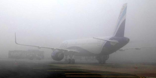 مه و سرمای شدید در هند برنامه پروازها و قطارها را مختل کرد