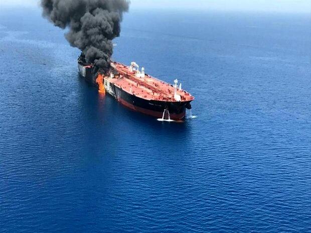 پایش ماهواره ای حریق کشتی نفتکش در بندر جاسک