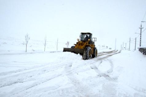 برف و کولاک راه ارتباطی ۱۸۶ روستای آذربایجان شرقی را بست
